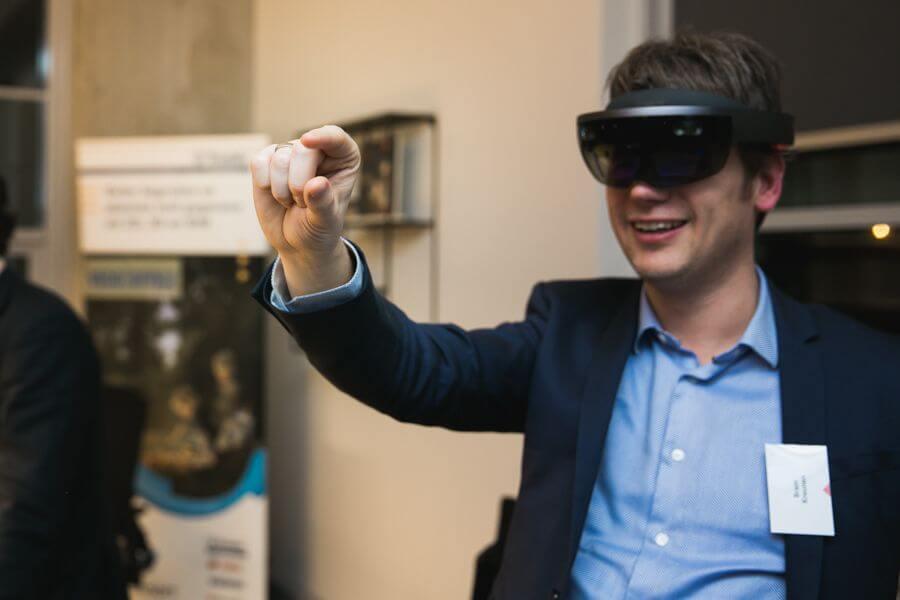 Man met VR bril pakt iets
